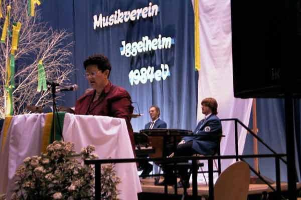 """Mathilde Nuber verbindet die einzelnen Musikdarbietungen mit ihrer gelungenen Moderation zum Thema """"Zeit"""""""