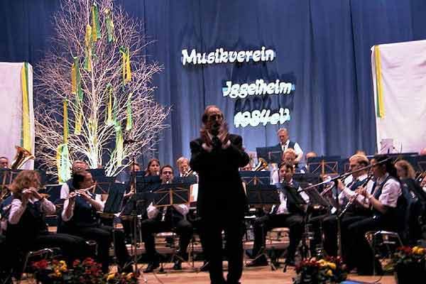 """Es ist geschafft! Entspannte, fröhliche Gesichter beim """"Radetzky-Marsch"""" als Zugabe. Unser Dirigent Johann Kern animiert unsere Zuhörer zum Mitklatschen."""